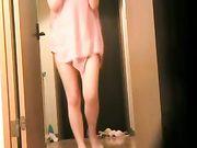 Japansk kvinna är naken framför leverans killen