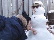 Flickan gör sex med snögubben utomhus på offentlig plats