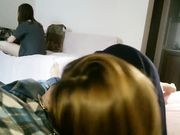 Flickvän gör en avsugning till pojkvän medan hennes rumskamrat är där