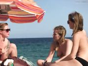 Tre topplösa flickor filmas i hemlighet på stranden