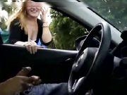 En blondin filmas medan hon gnuggar på en dold kamera i en bil