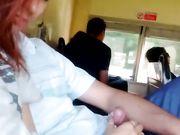 En ung flickvän gör oralsex i kollektivtrafiken