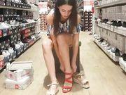 Ung flicka utan trosor filmade med en dold kamera i en skobutik